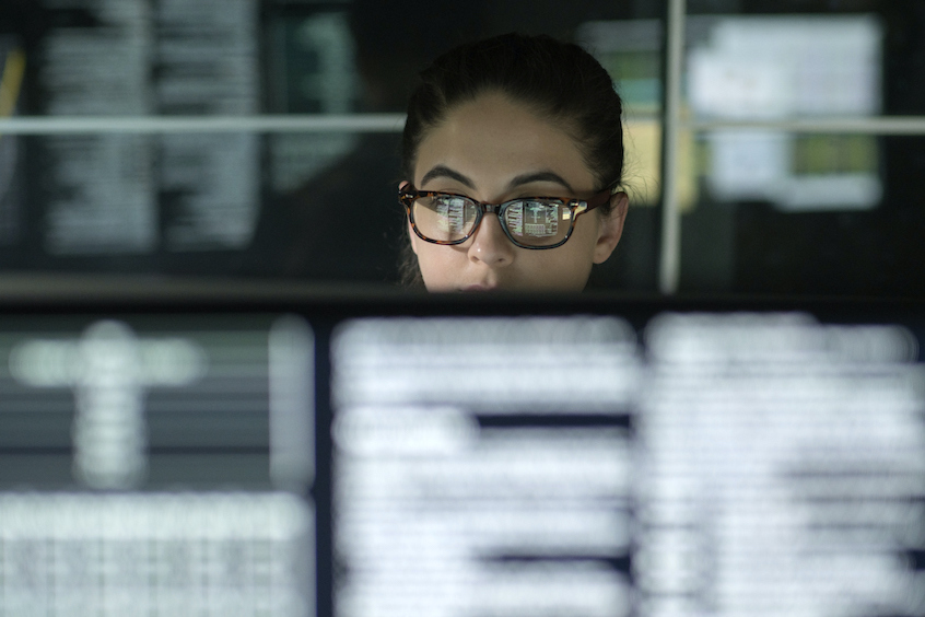 data-woman-looking-at-screen-diversification-volatility