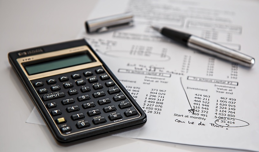 calculator-calculation-amortized-vs-interest-only-payment-schedules