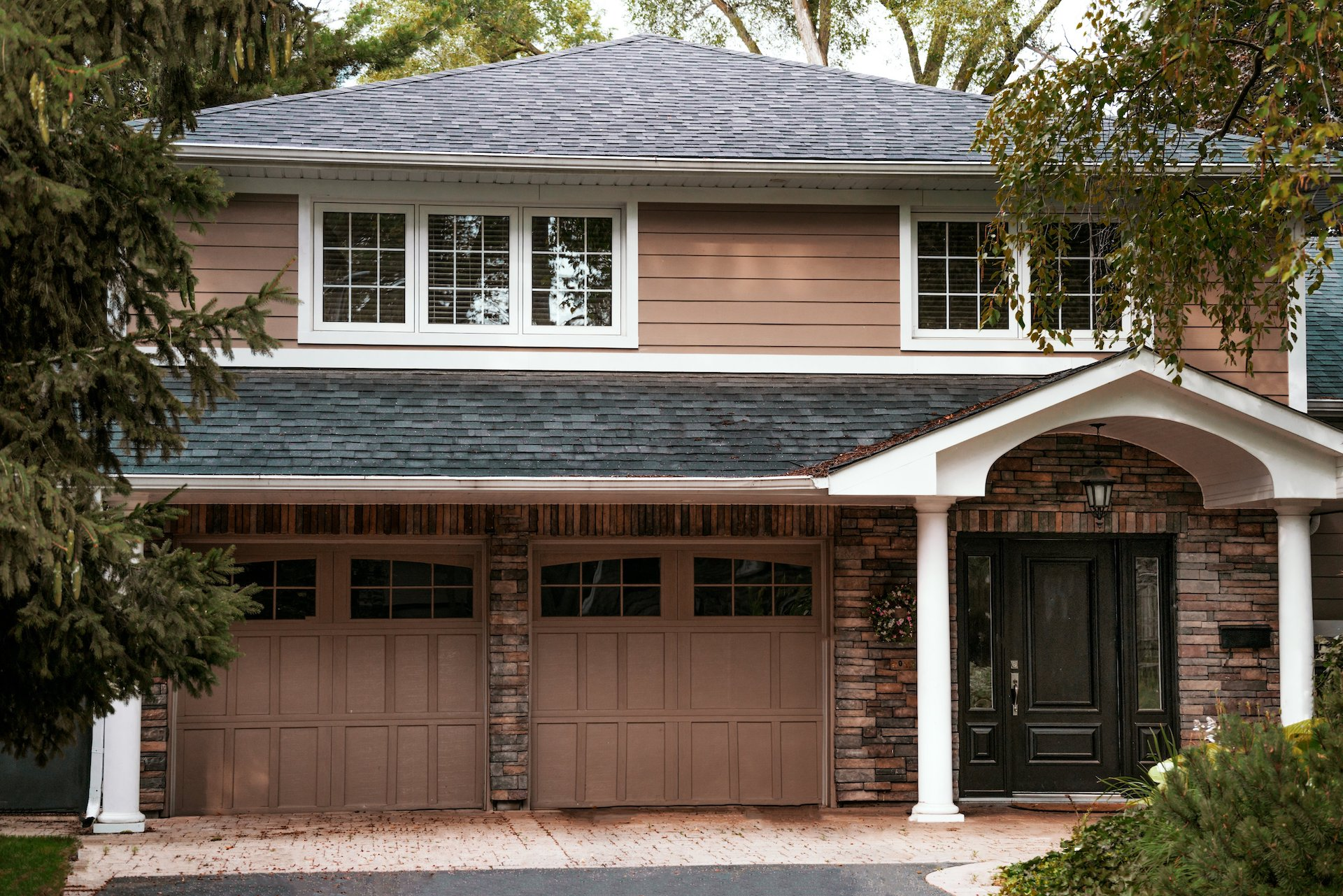 house-with-a-garage-single-family-rental
