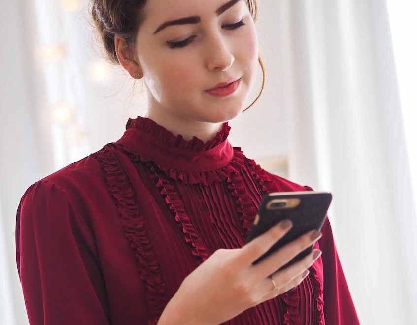 girl-on-phone-invest-in-peer-to-peerr-lending